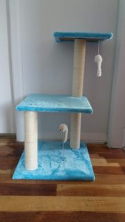 Blue cat scratching post/climber with 2 platforms and 2 play mice